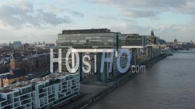Vue Aérienne Sur Le Rhin à Cologne Avec Kranhaus Futuriste, Appartements De Maison De Grue, Immeubles De Bureaux Dans La Belle Lumière Du Soleil 4k - Drone Vidéo