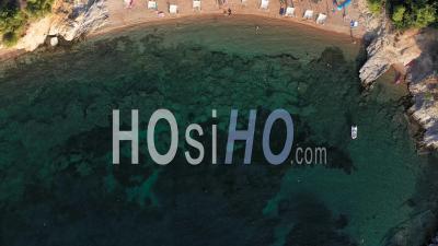 Vol Au-Dessus Des Parasols Et Des Chaises Longues Sur La Côte De L'île De Thassos, Grèce - Vidéo Par Drone