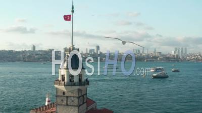 Tour De La Jeune Fille établissant Tourné Au Milieu De L'eau Du Bosphore à Istanbul Avec Le Drapeau De La Turquie Agitant Sur Le Dessus - Vidéo Par Drone