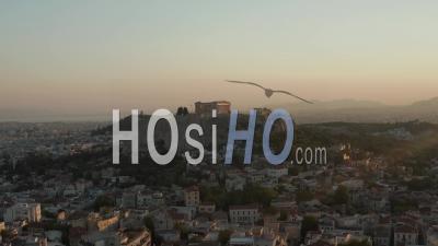 Vol Aérien Lent Vers La Montagne Avec L'acropole D'athènes En Grèce Dans La Belle Lumière Du Coucher Du Soleil De L'heure Dorée 4k - Drone Vidéo