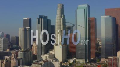 Dans Le Centre-Ville De Los Angeles Skyline Vers Nous Bank Tower Dans La Belle Lumière Du Jour, 4k - Vidéo Par Drone
