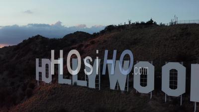 Vol Au-Dessus Du Signe D'hollywood, Collines D'hollywood Avec Vue Sur La Vallée, Burbank Avec Beau Coucher De Soleil Et Nuages 4k - Vidéo Aérienne Par Drone
