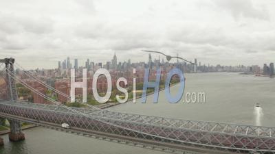 Bouchent La Vue Aérienne Du Trafic Sur Le Pont De Williamsburg Avec Des Quartiers Résidentiels Et Des Gratte-Ciel De La Ville De New York En Arrière-Plan 4k - Drone Vidéo