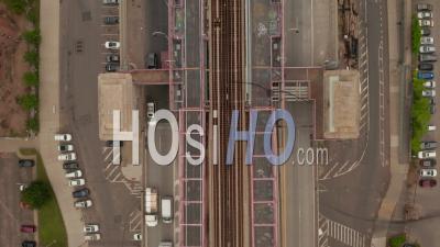 Vue Aérienne De Haut En Bas De La Circulation Automobile Lente Et Du Métro Roulant Sur Le Pont De Williamsburg à New York City 4k - Drone Vidéo