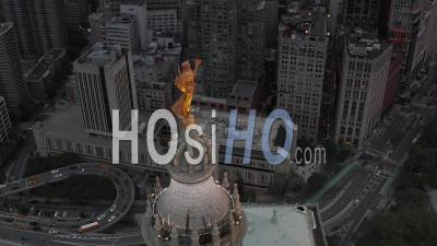 Bouchent La Vue Aérienne De La Statue De La Renommée Civique Dorée Au Sommet Du Bâtiment Municipal De Manhattan éclairé Par Une Belle Lumière Dorée Dans La Soirée 4k - Drone Vidéo