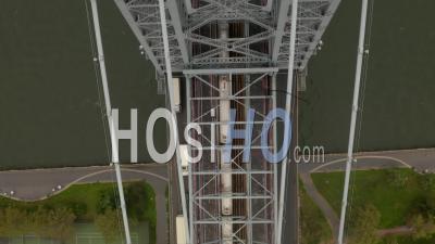 Vue Aérienne D'oiseaux Aériens De Haut En Bas De La Rame De Métro Traversant La Rivière East à Travers Un Pont De Williamsburg à New York City 4k - Drone Vidéo