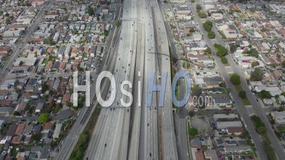 Recherche Lente Au-Dessus De La Route 110 Avec Peu De Circulation Automobile à Los Angeles, Californie Le Jour Nuageux Couvert 4k - Vidéo Aérienne Par Drone