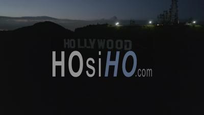 Vol Au-Dessus Du Panneau D'hollywood, Collines D'hollywood La Nuit Avec Vue Sur La Vallée, Burbank Et Les Lumières De La Ville 4k - Vidéo Aérienne Par Drone