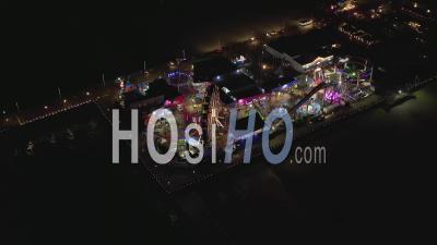 Vue Aérienne à Couper Le Souffle Sur La Jetée De Santa Monica Dans La Nuit Avec Grande Roue Et Lumières Colorées, 4k - Vidéo Par Drone