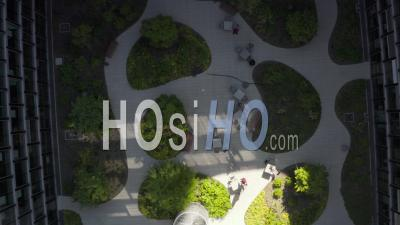 Vue Aérienne Du Jardin De Gratte-Ciel Avec Des Arbres Verts Dans Un Environnement Urbain Avec Le Trafic De La Ville à Une Journée Ensoleillée à Francfort-Sur-Le-Main En Allemagne 4k - Vidéo Aérienne Par Drone