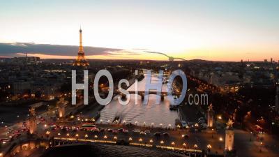 Vue Aérienne Par Drone Au Coucher Du Soleil De La Tour Eiffel Pont De La Rivière Seine Paris City Lights Au Cours De L'automne