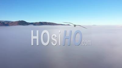 Vue Aérienne Du Paysage Rural Dans La Brume Du Matin Mystique Au-Dessus Des Nuages - Séquences De Drones Vidéo