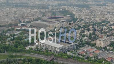 Court De Tennis De Roland Garros, Stade Du Parc Des Princes Dans La Brume De L'aube, Filmé à Partir D'un Hélicoptère