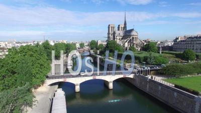 Pont De L'archeveche Et Notre-Dame De Paris, France - Vidéo Par Drone