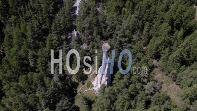 Demoiselle Coiffee Formation Géologique Dans Les Alpes Du Sud - Vidéo De Drones