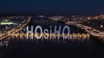 Établissement D'une Vue Aérienne De Bordeaux Fr, Capitale Mondiale Du Vin, Nouvelle-Aquitaine, France La Nuit Du Soir - Vidéo Par Drone