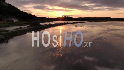 Survol De L'étang à Basse Altitude à Gruissan, Occitanie, France, Drone Footage