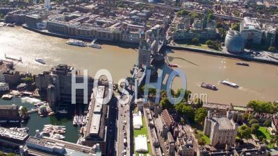 Tower Bridge, La Tour De Londres Et Le Quai De St Katherine