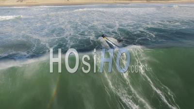 Femme Surfeur Chevauchant Une Vague Suivie Et Sauvé Par Un Jet Ski, Océan Atlantique - Vidéo Drone