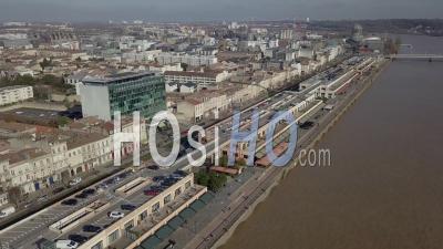 Vue Aérienne Du Quai De Bordeaux, Hangars, Quai Des Marques, Galerie Commerciale - Vidéo Drone